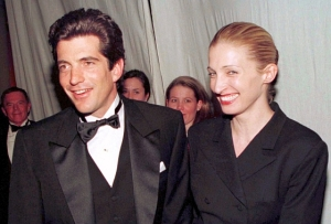 John F. Kennedy Jr. and his wife Carolyn Bessette stop for photographers after Kennedy presented actor Robert De Niro with the Municipal Art Society of New York's Jacquiline Kennedy Onassis Medal at a gala dinner in New York, in this March 4, 1997 file photo. Thursday July 16, 2009 marks the 10th anniversary of the plane crash that killed Kennedy and his wife. REUTERS/Mike Segar/Files (UNITED STATES ANNIVERSARY OBITUARY)
